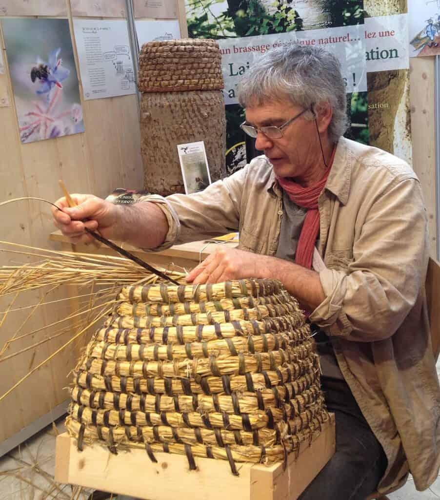Abeilles en liberté - Bernard Bertrand et les ruches en paille